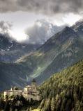 Malerisches Schloss und Berge Stockfotografie