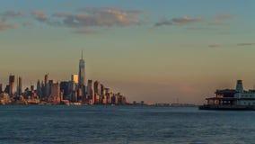 Malerisches stabiles Zeitspannepanorama von großen Metropole New- York Cityturmarchitekturozeanwasser-Stadtbildskylinen stock video footage