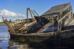 Malerisches verrostetes Schiff auf Insel von Mull, Hochländer, Schottland stockbilder