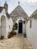 Malerisches Yard in Alberobello lizenzfreies stockbild