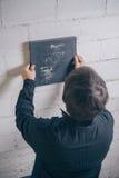Malerkünstler, der herauf fertige moderne Grafik hängt Lizenzfreie Stockfotos