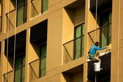 Malermalerei auf hohem Aufstiegsgebäude Stockfotografie