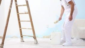 Malermann bei der Arbeit mit Bürste, Wandbildkonzept, weißer Hintergrund stock video footage