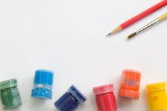 Malerpinsel, Aquarell, Bleistift auf Weißbuch und Funktionsraum für Textnachricht Lizenzfreies Stockfoto