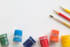 Malerpinsel, Aquarell, Bleistift auf Weißbuch und Funktionsraum für Textnachricht Stockbild