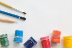 Malerpinsel, Aquarell, Bleistift auf Weißbuch und Funktionsraum für Textnachricht Stockfotografie