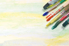 Malerpinsel auf Aquarellpapier stockfotos