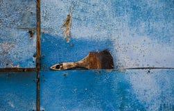 Malerpinsel auf blauem rostigem Hintergrund stockfoto