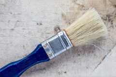 Malerpinsel auf einer schmutzigen Segeltuchoberfläche stockfotografie