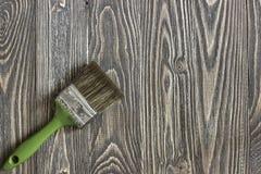Malerpinsel, der auf einem Holztisch liegt Stockfotografie