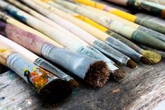 Malerpinsel des Künstlers auf hölzerner Tabelle Lizenzfreie Stockfotos