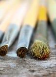 Malerpinsel des Künstlers auf hölzerner Tabelle Lizenzfreie Stockfotografie