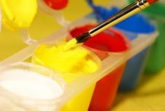 Malerpinsel diped in die gelbe Farbe Lizenzfreies Stockbild