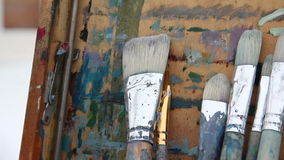 Malerpinsel am Gestell Panoramischer Schuss stock footage