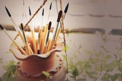 Malerpinsel im Lehmglas Lizenzfreie Stockfotografie