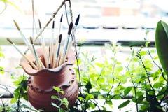 Malerpinsel im Lehmglas Stockfoto