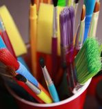 Malerpinsel im Plastikcup Lizenzfreie Stockfotos