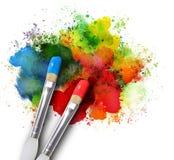 Malerpinsel mit Farbe spritzt auf Weiß Stockbild