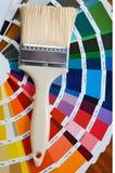 Malerpinsel mit Karte von Farben lizenzfreie stockbilder