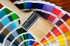 Malerpinsel mit Karte von Farben stockfotografie