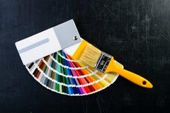 Malerpinsel und bunte Farbenproben auf dunklem Hintergrund, Spitze VI Lizenzfreies Stockbild