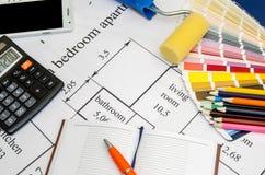 Malerpinsel und bunte Farbenproben auf Haus planen mit Bleistift, Notizbuch, Tee Stockfotografie