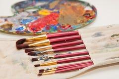 Malerpinsel und die Palette des Malers Stockfotos