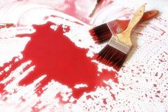 Malerpinsel und die rote Farbe Stockfotografie