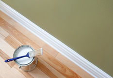 Malerpinsel und eine Dose Lack auf hölzernem Fußboden stockfoto