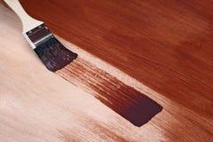 Malerpinsel und frischer Lack stockfoto