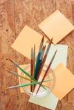 Malerpinsel und Post-It Stockfotos