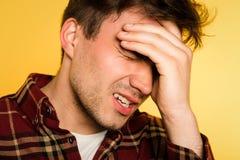Malestar de la cabeza del embrague del dolor del hombre de la jaqueca del dolor de cabeza imagen de archivo