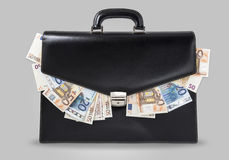 Maletín con dinero. Black suitcase full of banknotes stock photography