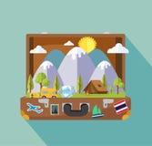 Maleta abierta con la isla del paisaje del viaje que acampa Imágenes de archivo libres de regalías