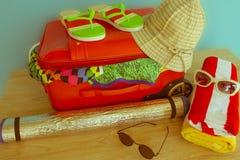 Maleta abierta llena para viajar, ascendente cercano Maleta con diversas cosas preparadas para el viaje Imagenes de archivo