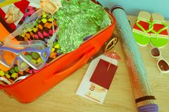 Maleta abierta llena para viajar, ascendente cercano Maleta con diversas cosas preparadas para el viaje Foto de archivo libre de regalías