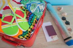 Maleta abierta llena para viajar, ascendente cercano Maleta con diversas cosas preparadas para el viaje Imagen de archivo