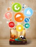 Maleta con los iconos y los símbolos coloridos del verano Imagenes de archivo