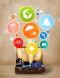 Maleta con los iconos y los símbolos coloridos del verano Foto de archivo libre de regalías