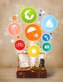 Maleta con los iconos y los símbolos coloridos del verano Fotografía de archivo libre de regalías