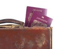 Maleta con los pasaportes británicos Foto de archivo