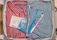Maleta con ropa Imagen de archivo libre de regalías