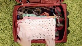 Maleta con ropa del verano almacen de metraje de vídeo