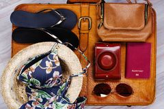 Maleta de cuero con los accesorios del viaje de la mujer Imagen de archivo libre de regalías