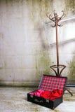 Maleta de la decoración del arte y suspensión de madera imagen de archivo libre de regalías