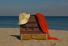 Maleta de la vendimia en la playa Fotos de archivo libres de regalías