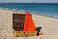 Maleta de la vendimia en una playa Fotos de archivo libres de regalías