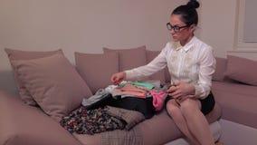 Maleta de medición de la mujer almacen de metraje de vídeo
