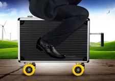 Maleta de Riding del hombre de negocios a la idea al aire libre del concepto imagen de archivo