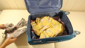 Maleta del embalaje de la mujer joven en cama almacen de video